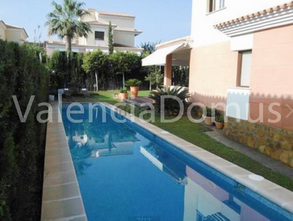 Casa unifamiliar en alquiler con piscina y jard n privado for Piscina jardin valencia