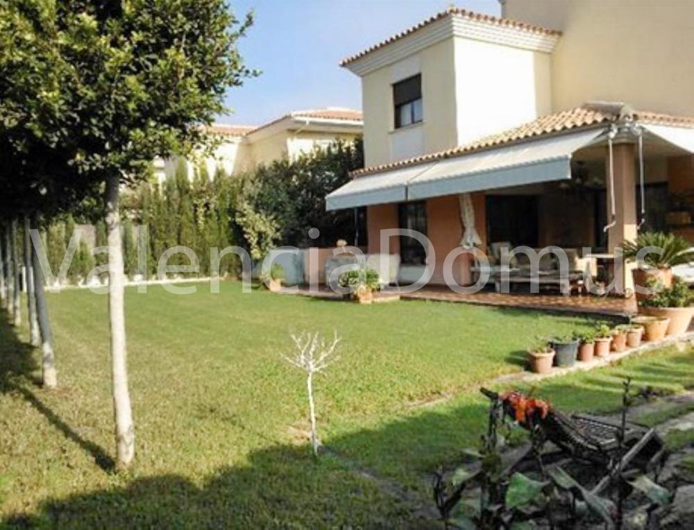 Casa unifamiliar en alquiler con piscina y jard n privado for Apartamentos con piscina en valencia