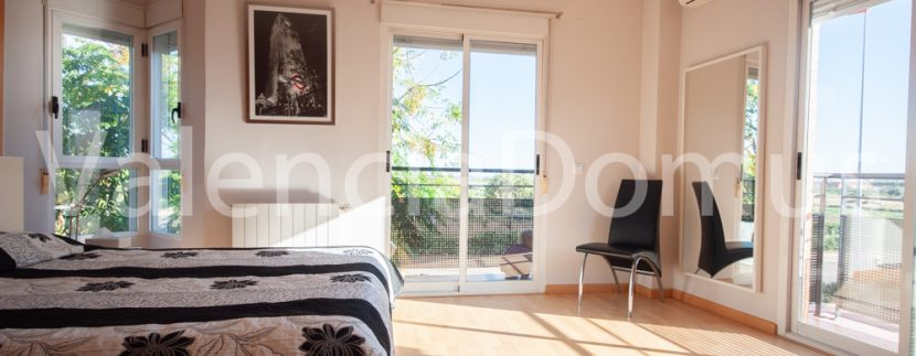 Valencia-Domus-0259AB-Massamagrell-Dormitorio ppal con balcones